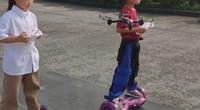 脚踩平衡车手持无人机 变身智能小哪吒
