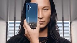 没有什么比一面镜子能更给一部时尚手机增色